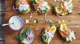 Volkoren avocado toast met asperges, een zacht ei en zalm